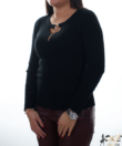 Fekete bordázott nyaknál díszített sztreccs női pulóver