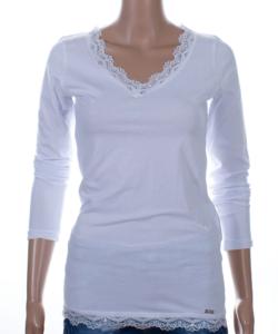 Fehér csipkés szegélyű női felső