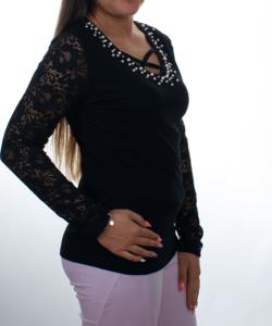Fekete gyöngyös nyakú csipkés ujjú női felső