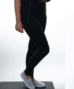 Fekete derekánál fűzővel díszített női farmer nadrág