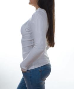 Fehér bordás kötésű strasszos női pulcsi