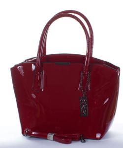 Bordópiros lánccal díszített női lakk  táska
